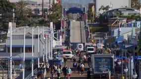 Día que establece el tiro de Santa Monica Pier Activity almacen de metraje de vídeo