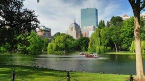 Día que establece los barcos del cisne del tiro en el jardín público de Boston metrajes