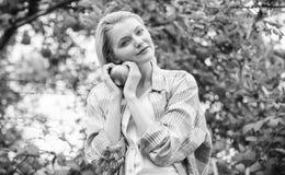 Día rústico del otoño del jardín de la cosecha del frunce del estilo de la muchacha Granjero bastante rubio con la manzana del ro foto de archivo