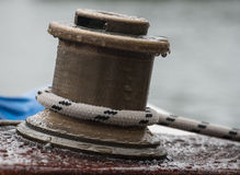 día raindy en el torno de cobre amarillo del velero Fotos de archivo