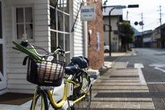 Día regular de tarea en una calle japonesa de la pequeña ciudad fotografía de archivo libre de regalías