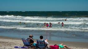 Día soleado activo con la gente en la playa en ciudad del océano, nuevo Jersery con Atlantic City en vídeo del lapso de tiempo de metrajes