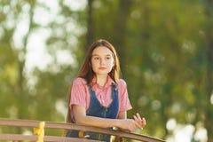 Día soleado adolescente de pelo largo de la muchacha del empollamiento Imágenes de archivo libres de regalías