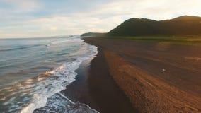 Día soleado caliente en una playa vacía almacen de metraje de vídeo