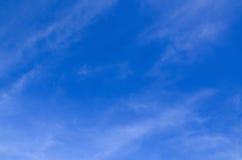 Día soleado con el fondo hermoso del cielo azul Fotos de archivo libres de regalías