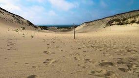 Día soleado con las nubes de siega rápidas sobre las dunas de arena en el desierto metrajes