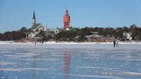 Día soleado de febrero en el hielo del golfo de Finlandia Hanko, Finlandia almacen de metraje de vídeo