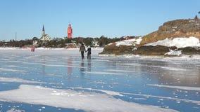Día soleado de febrero en el hielo del golfo de Finlandia Hanko almacen de metraje de vídeo