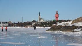 Día soleado de febrero en el hielo del golfo de Finlandia Hanko, Finlandia almacen de video