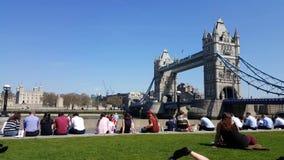 Día soleado de la gente del puente de la torre de Londres almacen de video