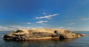 Día soleado de la isla rocosa con en día soleado Foto de archivo