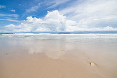 Día soleado de la playa y de las nubes de la arena de las ondas Fotos de archivo libres de regalías