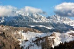 Día soleado de un invierno, en las colinas salvajes de Transilvania con las montañas de Bucegi en fondo Fotografía de archivo