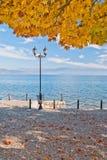 Día soleado del otoño por el lago Ohrid en Macedonia Imagen de archivo libre de regalías