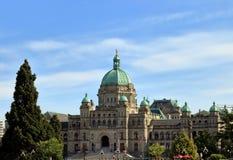 Día soleado delante de la asamblea legislativa en Victoria, Canadá foto de archivo