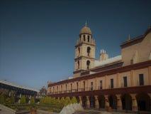 Día soleado en el centro de la ciudad imagenes de archivo
