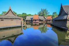 Día soleado en el mercado flotante en Tailandia antigua, Samutparkan, Tailandia Fotografía de archivo libre de regalías