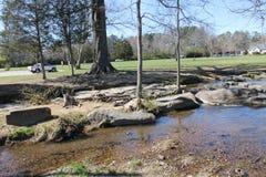 Día soleado en el río con el cielo azul Foto de archivo