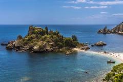 Día soleado en Isola Bella In Taormina, Sicilia imagenes de archivo