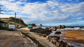 Día soleado en la bahía de la tienda, costa este de Barbados fotos de archivo