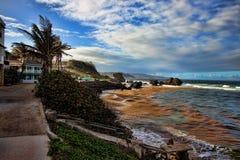Día soleado en la bahía de la tienda, costa este de Barbados fotografía de archivo