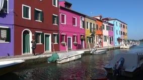 Día soleado en la isla de Burano Venecia, Italia almacen de video