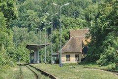 Día soleado, en la plataforma de un viejo ferrocarril olvidado de la montaña imagen de archivo libre de regalías