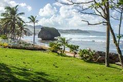 Día soleado en la playa de Bathsheba en la costa este de Barbados imagenes de archivo