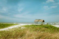 Día soleado en la playa tropical con la choza del pescador Myanmar (Birmania) Fotografía de archivo