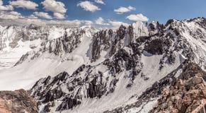 Día soleado en las montañas de Kirguistán en el campo del alpinismo Imagen de archivo