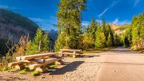 Día soleado en las montañas de Tatras en el otoño con el banco Imagen de archivo libre de regalías