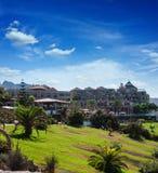 Día soleado en Puerto de la Cruz, Tenerife, España. Centro turístico turístico del hotel. Puesta del sol Fotos de archivo