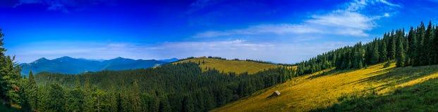 Día soleado hermoso del panorama en las montañas Imagen de archivo libre de regalías