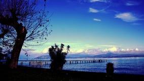 Día soleado por el lago almacen de metraje de vídeo