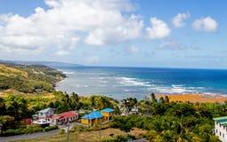 Día soleado que pasa por alto la bahía de Conset, en Saint John, costa este de Barbados fotografía de archivo libre de regalías