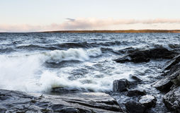 Día tempestuoso al lado del lago en diciembre en Finlandia foto de archivo libre de regalías