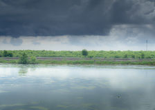 Día tempestuoso con lluvia, colores de la caída y nubes oscuras Imagen de archivo