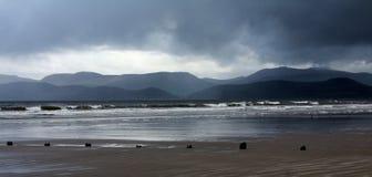 Día tempestuoso en el hilo de Rossbeigh Fotos de archivo
