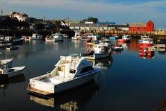Día tranquilo en puerto histórico del ` s de Rockport Imagen de archivo libre de regalías