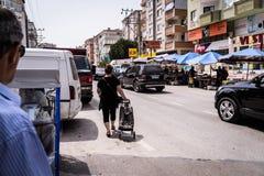 Día turco tradicional del bazar en la ciudad de Cinarcik Imagen de archivo