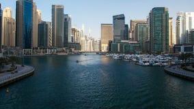 Día UAE de time lapse del canal de Dubai Marina Day Enfoque hacia fuera almacen de metraje de vídeo