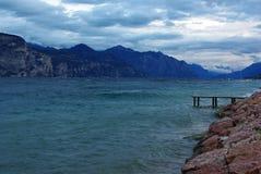 Día ventoso en el lago Garda cerca de Castelletto di Brenzo Fotografía de archivo