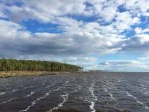 Día ventoso en el sonido de Pamlico Imagenes de archivo