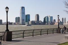 Día ventoso en la orilla del río de Manhattan Fotos de archivo