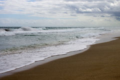 Día ventoso en la playa Fotos de archivo libres de regalías