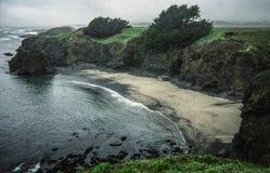 Día ventoso en la playa en Mendocino, California Foto de archivo libre de regalías