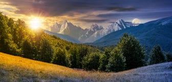 Día y noche compuesto del paisaje montañoso libre illustration