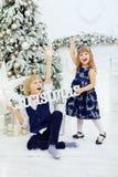 Días de fiesta alegres del saludo de niños El concepto de la Navidad Fotografía de archivo