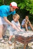 Días de fiesta de la familia en naturaleza con kebab Fotografía de archivo