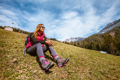 Días de fiesta de la montaña El ir de excursión Mujer y naturaleza Imagen de archivo